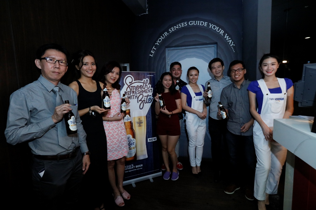 2.Winners and media strike a pose before poceeding to Tiger White's dining in the dark experience